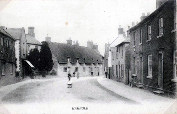 The High Street showing Globe public house about 1900