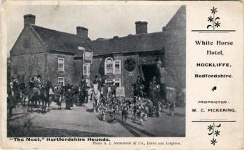 Hertfordshire Hounds in front of the inn about 1906 [Z1130/60/10]