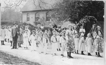 May Day procession through Ickwell in 1911 [Z50/84/15]