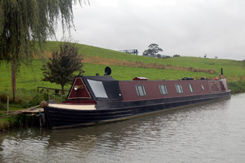 Barge on the canal at Old Linslade October 2008