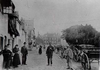 The Royal Oak around 1900, the sign in the distance is that for the Sun [Z50/135/66]